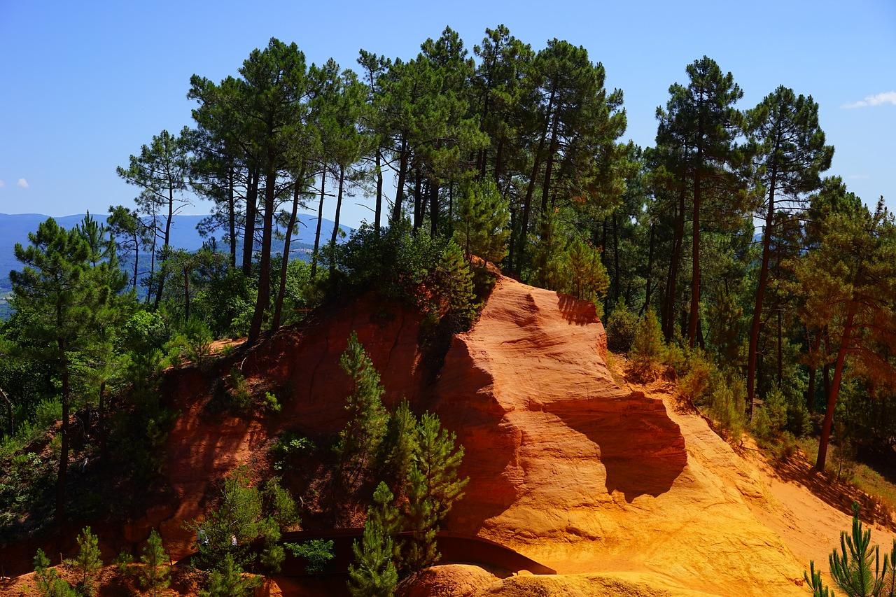 roche ocre et pins en provence